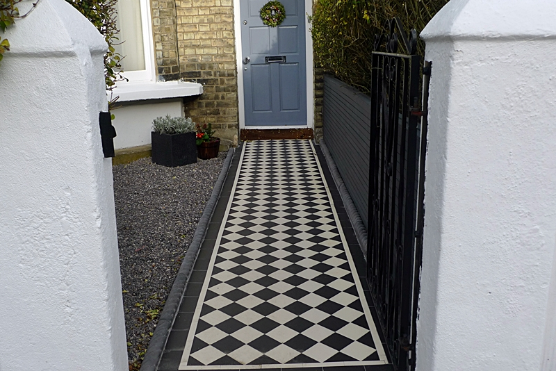 classic-victorian-tile-path-formal-black-and-white-with-rope-top-tiles.JPG