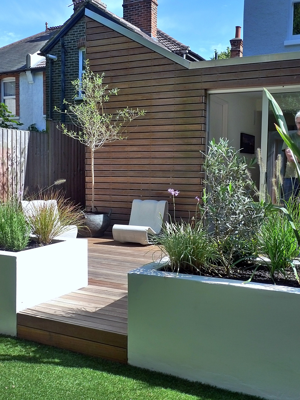Modern style and design in a london garden london garden for Modern garden design