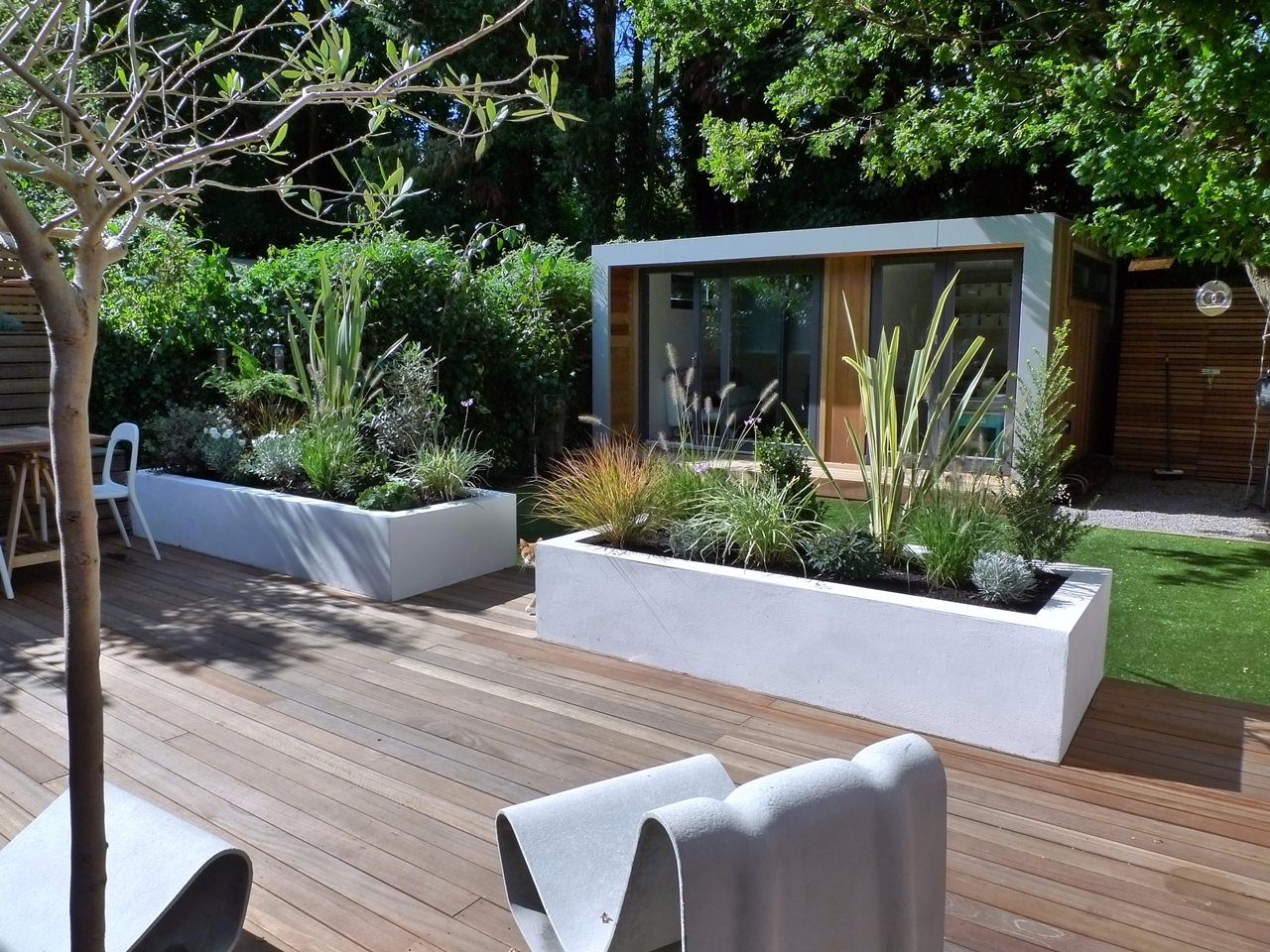 Modern style and design in a london garden london garden for Modern backyard landscaping