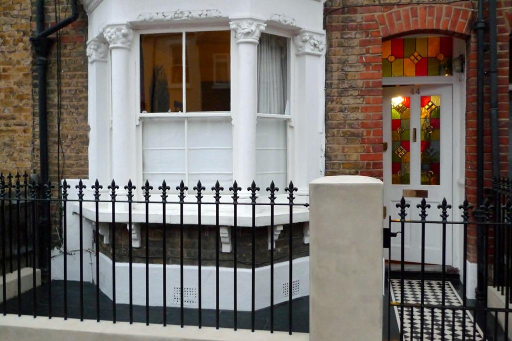 victorian-style-metal-gate-and-rail-london-mosaic-paving-yorkstone-plinth.JPG