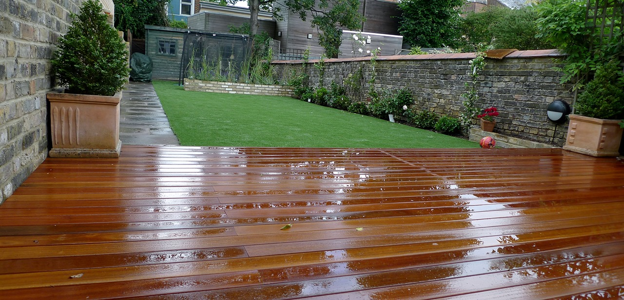 Hardwood decking artificial easy grass lawn sunken for Garden decking and grass