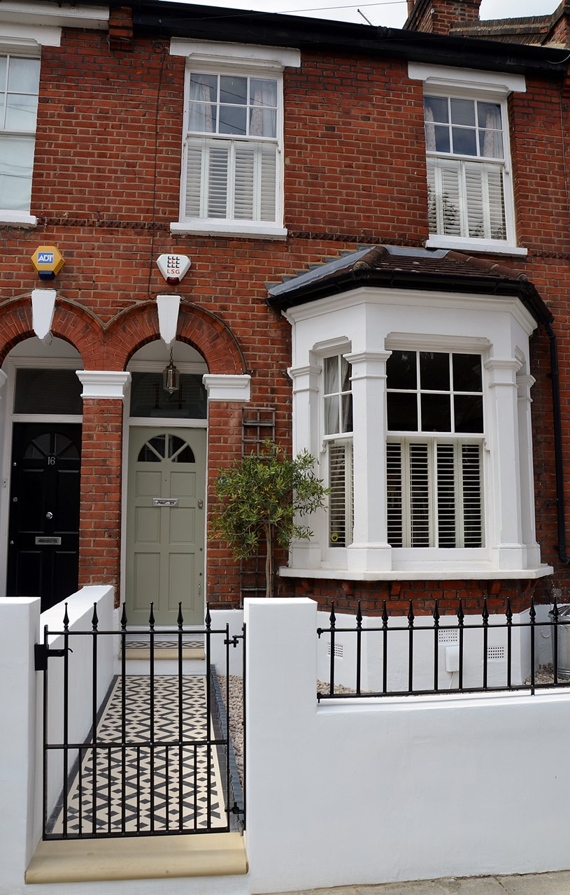 Plastered rendered front garden wall painted white metal wrought iron rail and gate victorian mosaic tile path in black and white scottish pebbles York stone balham london (32)