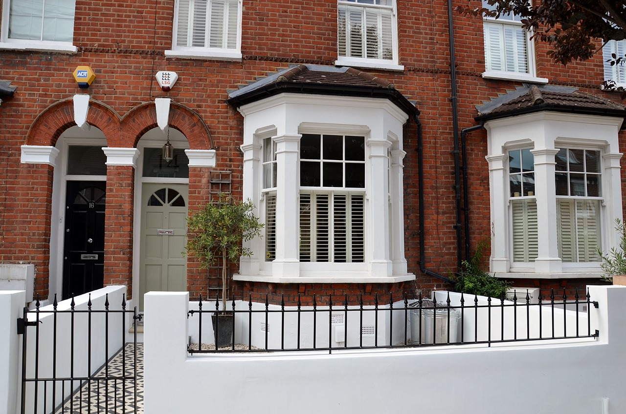 Plastered rendered front garden wall painted white metal wrought iron rail and gate victorian mosaic tile path in black and white scottish pebbles York stone balham london (33)
