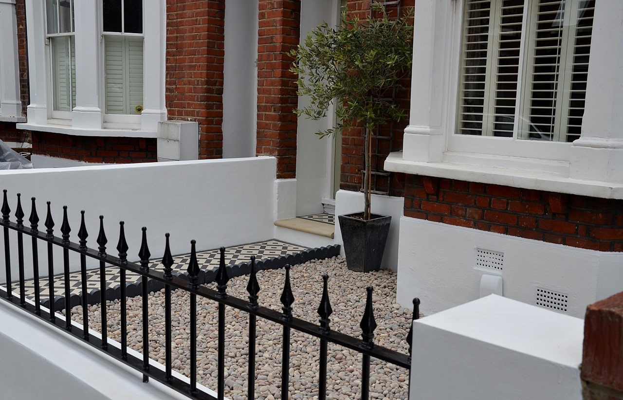 Plastered rendered front garden wall painted white metal wrought iron rail and gate victorian mosaic tile path in black and white scottish pebbles York stone balham london (36)