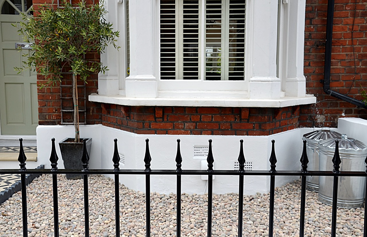 Plastered rendered front garden wall painted white metal wrought iron rail and gate victorian mosaic tile path in black and white scottish pebbles York stone balham london (38)