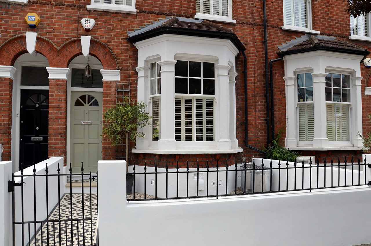 Plastered rendered front garden wall painted white metal wrought iron rail and gate victorian mosaic tile path in black and white scottish pebbles York stone balham london (42)