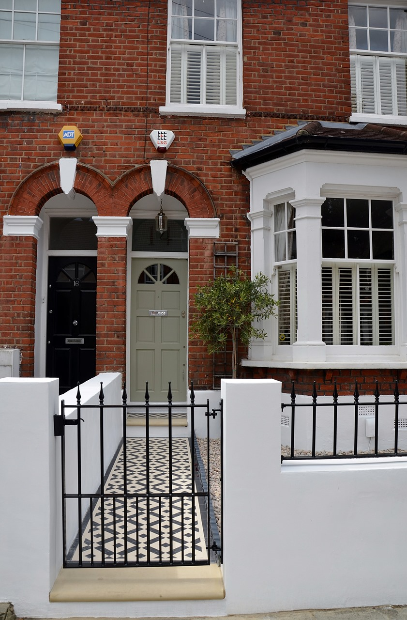Plastered rendered front garden wall painted white metal wrought iron rail and gate victorian mosaic tile path in black and white scottish pebbles York stone balham london (43)