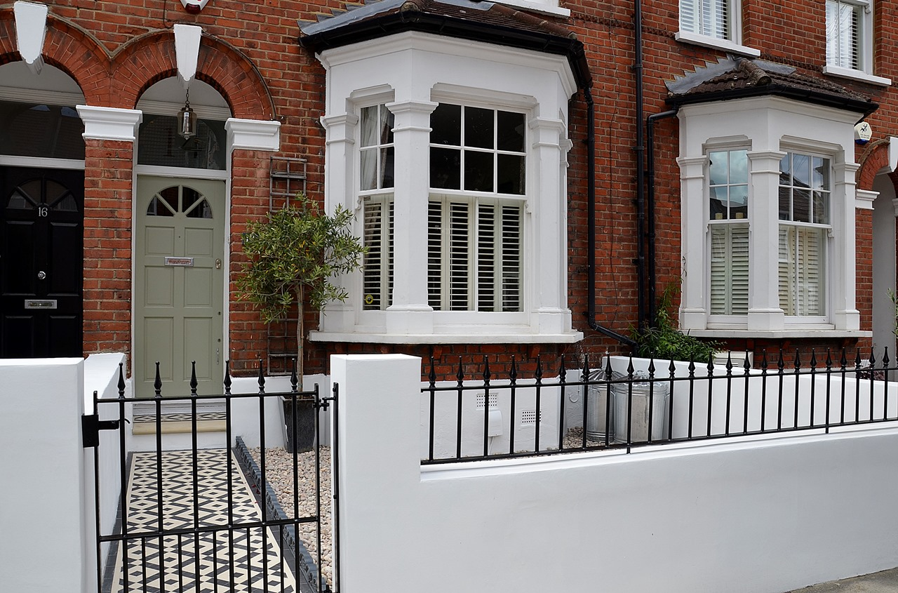 Plastered rendered front garden wall painted white metal wrought iron rail and gate victorian mosaic tile path in black and white scottish pebbles York stone balham london (44)