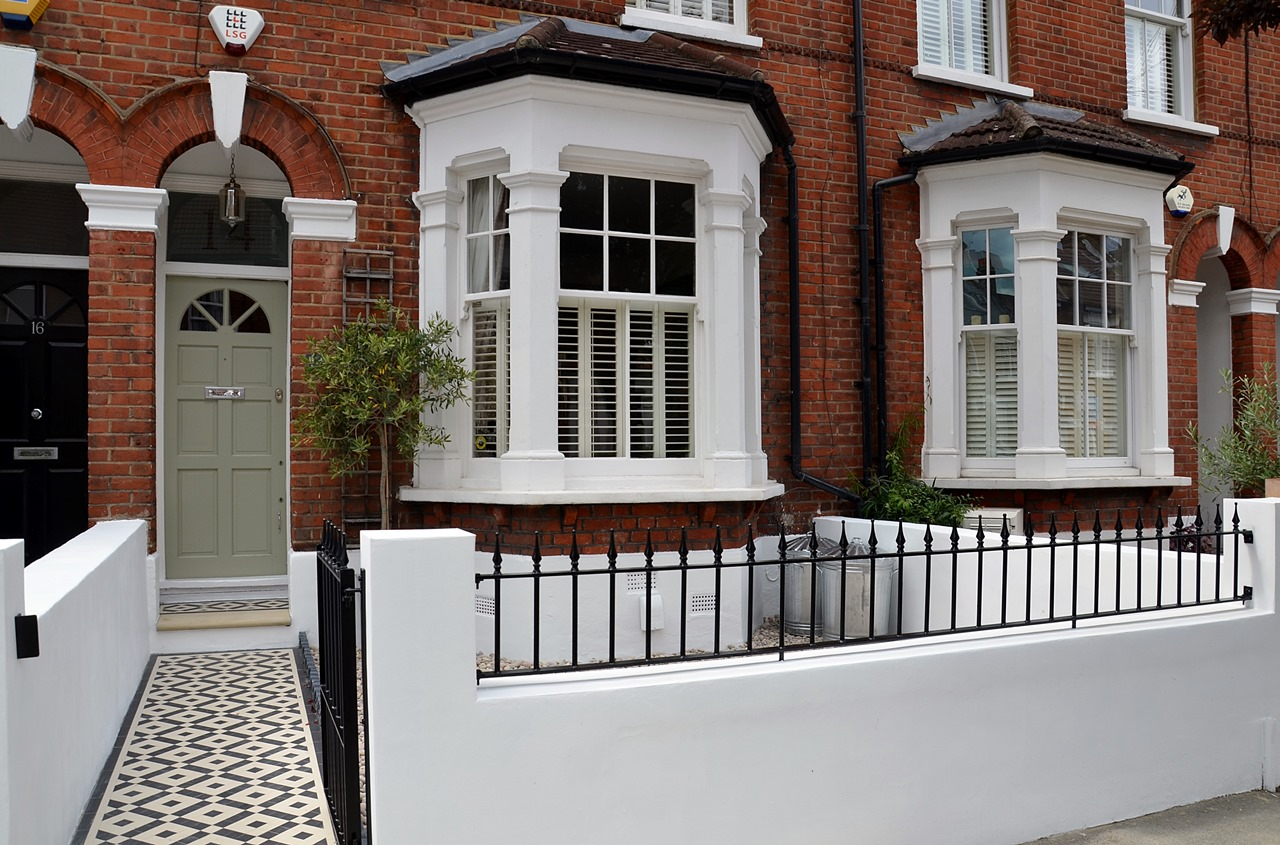 Plastered rendered front garden wall painted white metal wrought iron rail and gate victorian mosaic tile path in black and white scottish pebbles York stone balham london (47)