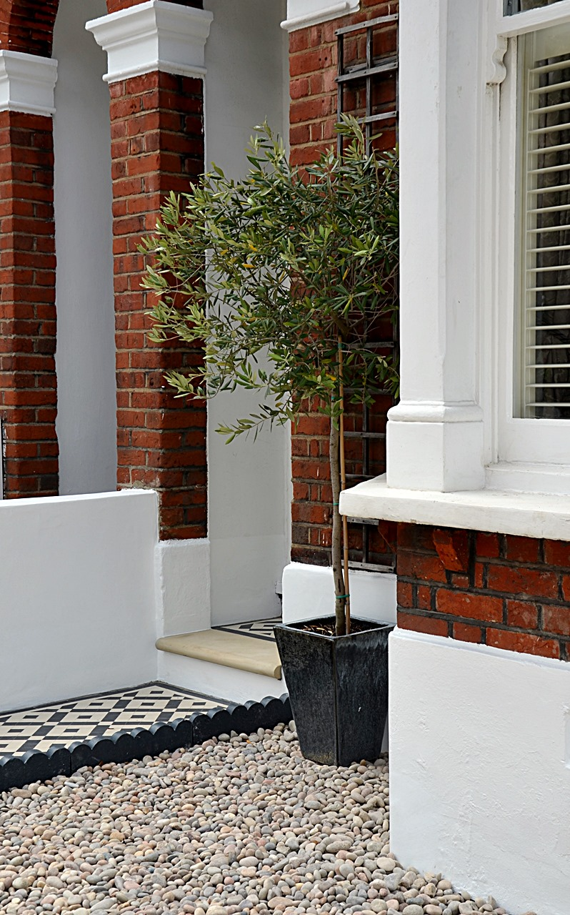 Plastered rendered front garden wall painted white metal wrought iron rail and gate victorian mosaic tile path in black and white scottish pebbles York stone balham london (50)
