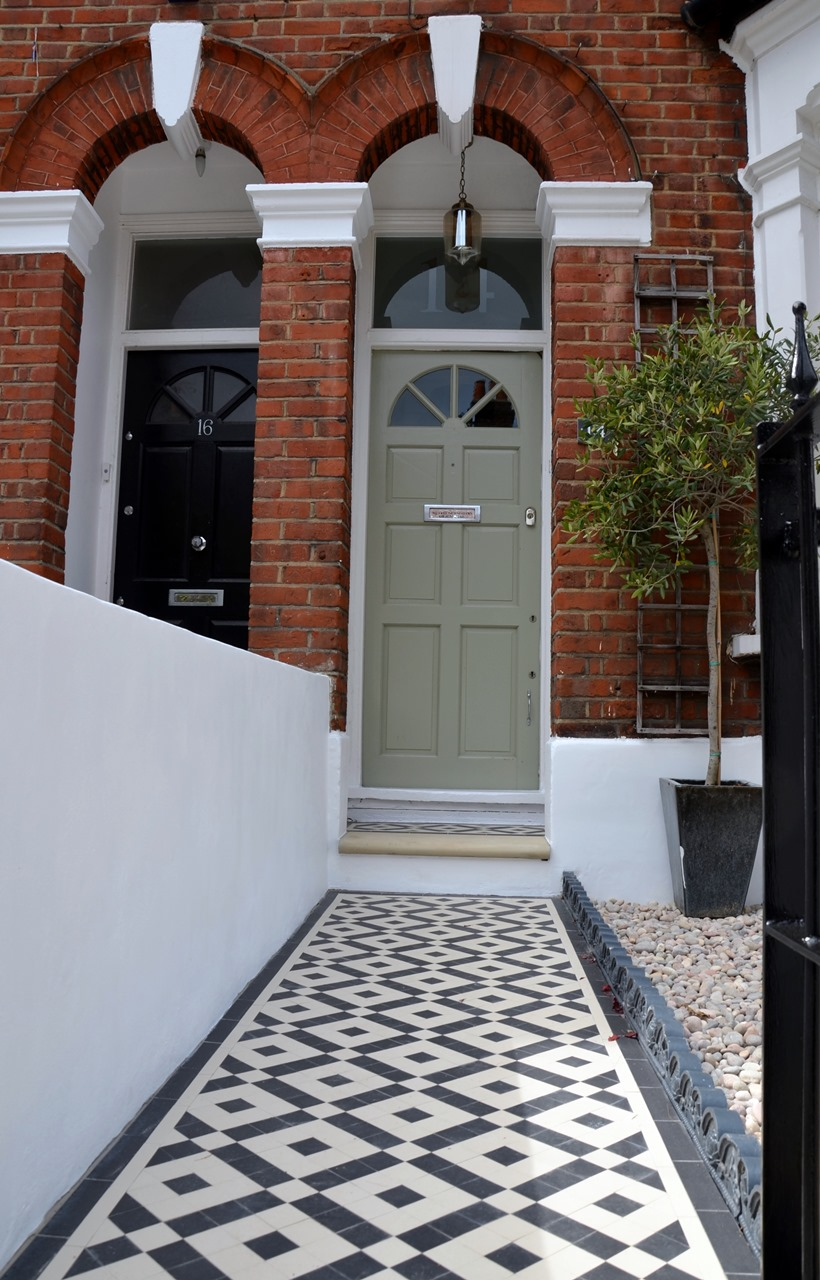 Plastered rendered front garden wall painted white metal wrought iron rail and gate victorian mosaic tile path in black and white scottish pebbles York stone balham london (55)
