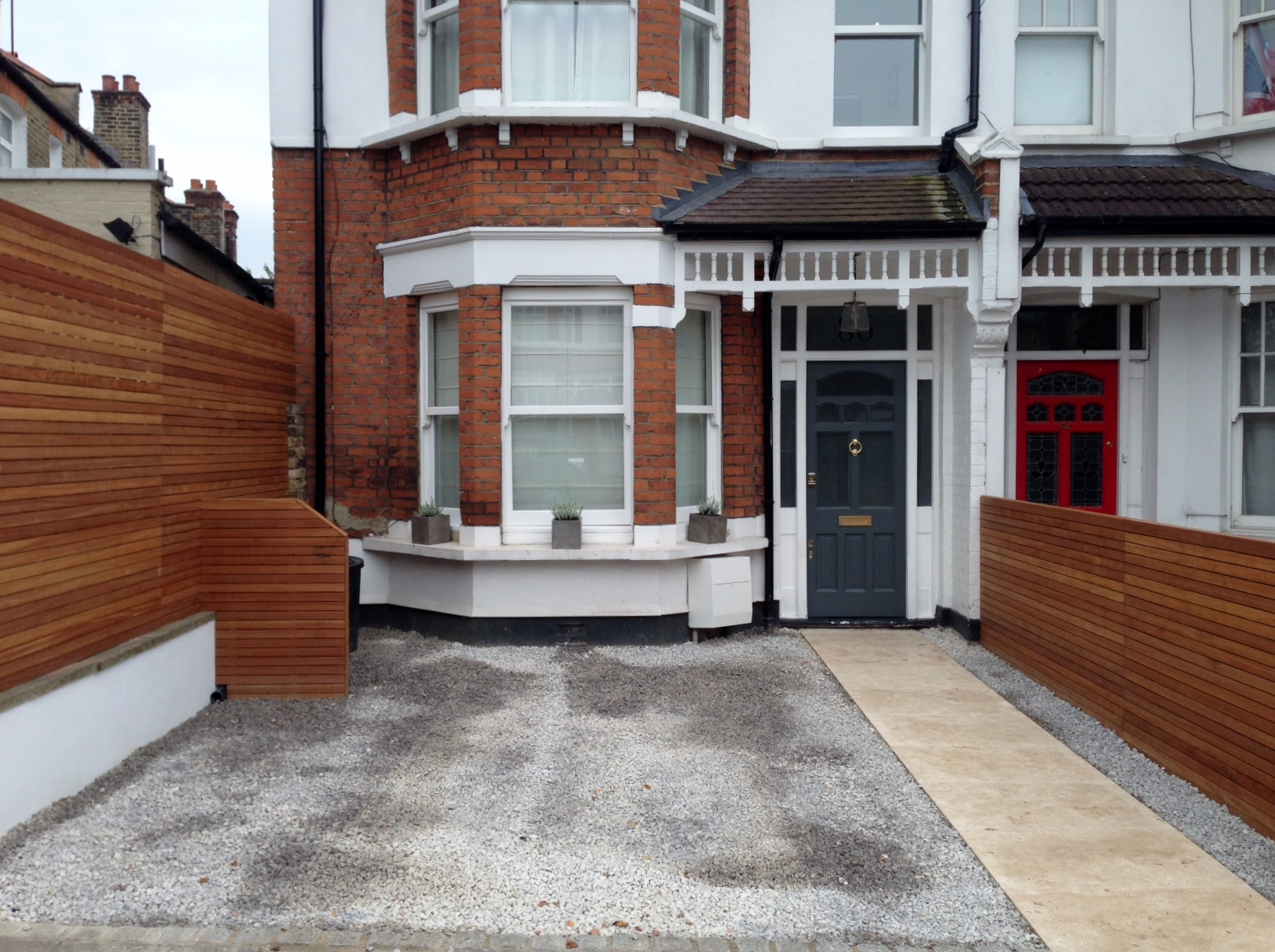 front garden drivewat gravel travertine paving path hardwood privacy screen trellis tooting london (29)