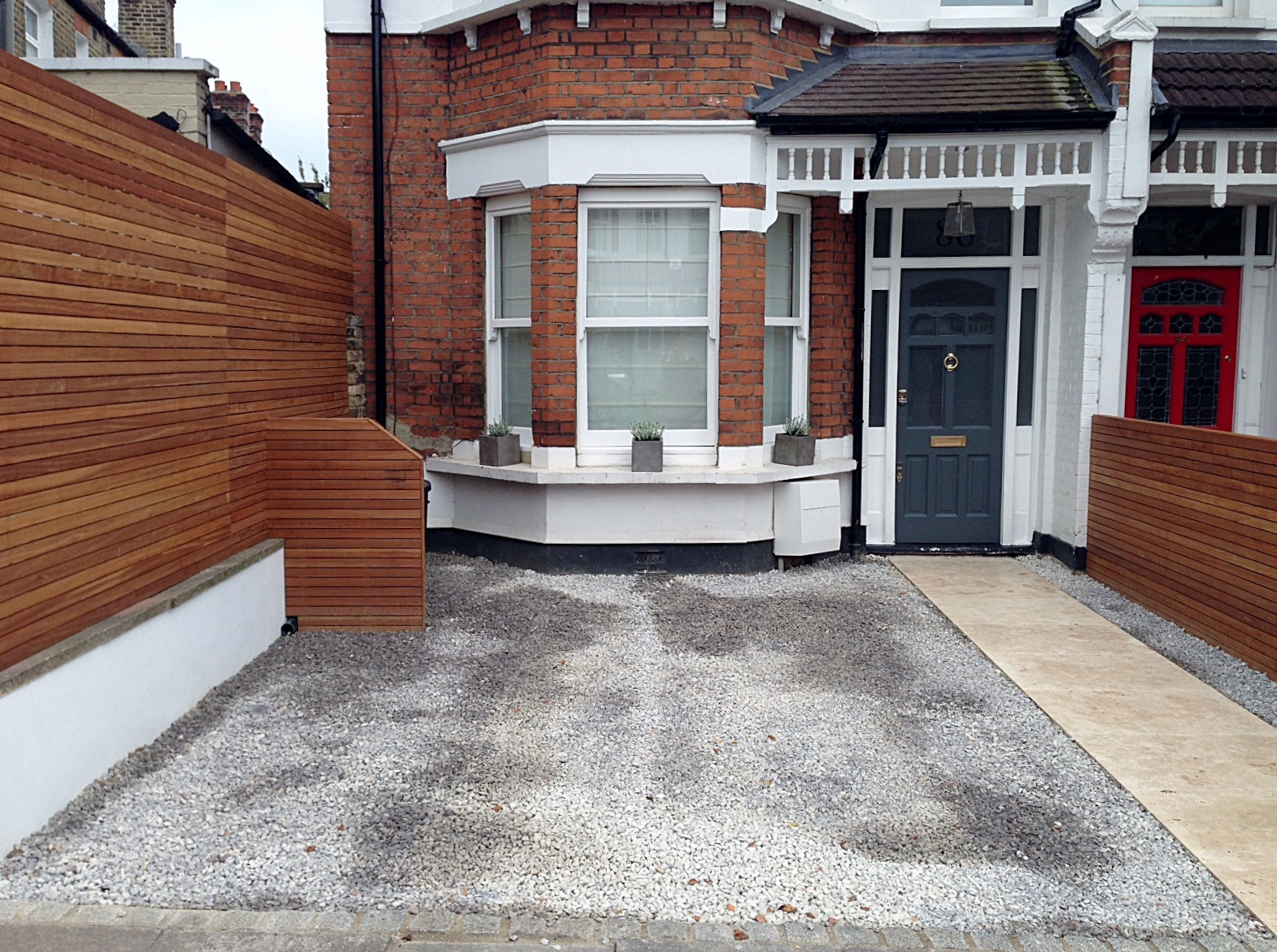 front garden drivewat gravel travertine paving path hardwood privacy screen trellis tooting london (3)