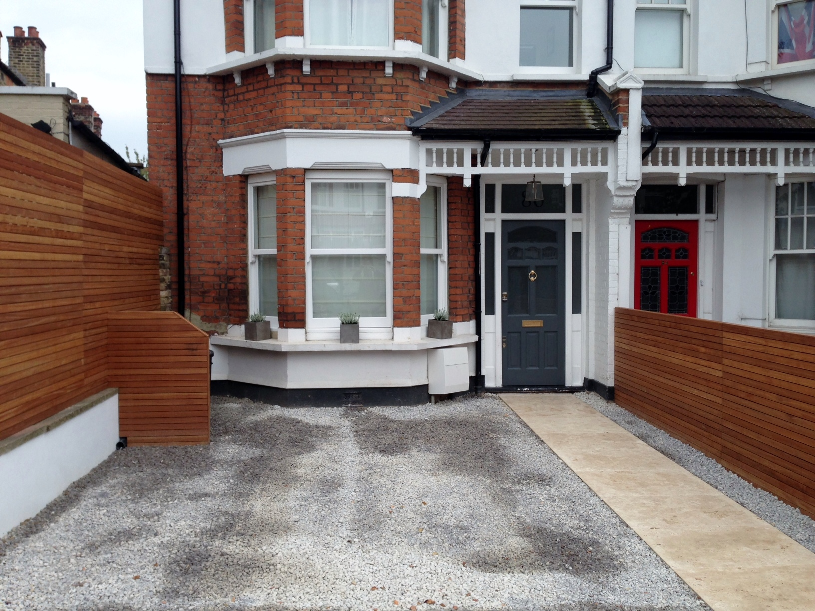 front garden drivewat gravel travertine paving path hardwood privacy screen trellis tooting london (30)