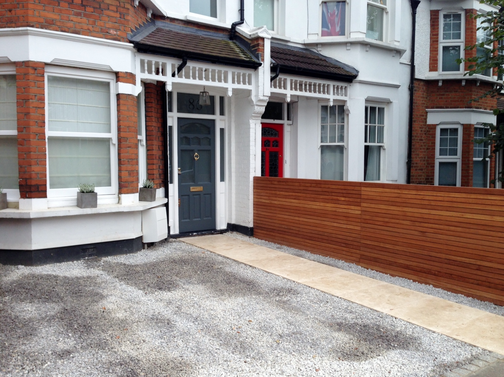 front garden drivewat gravel travertine paving path hardwood privacy screen trellis tooting london (32)