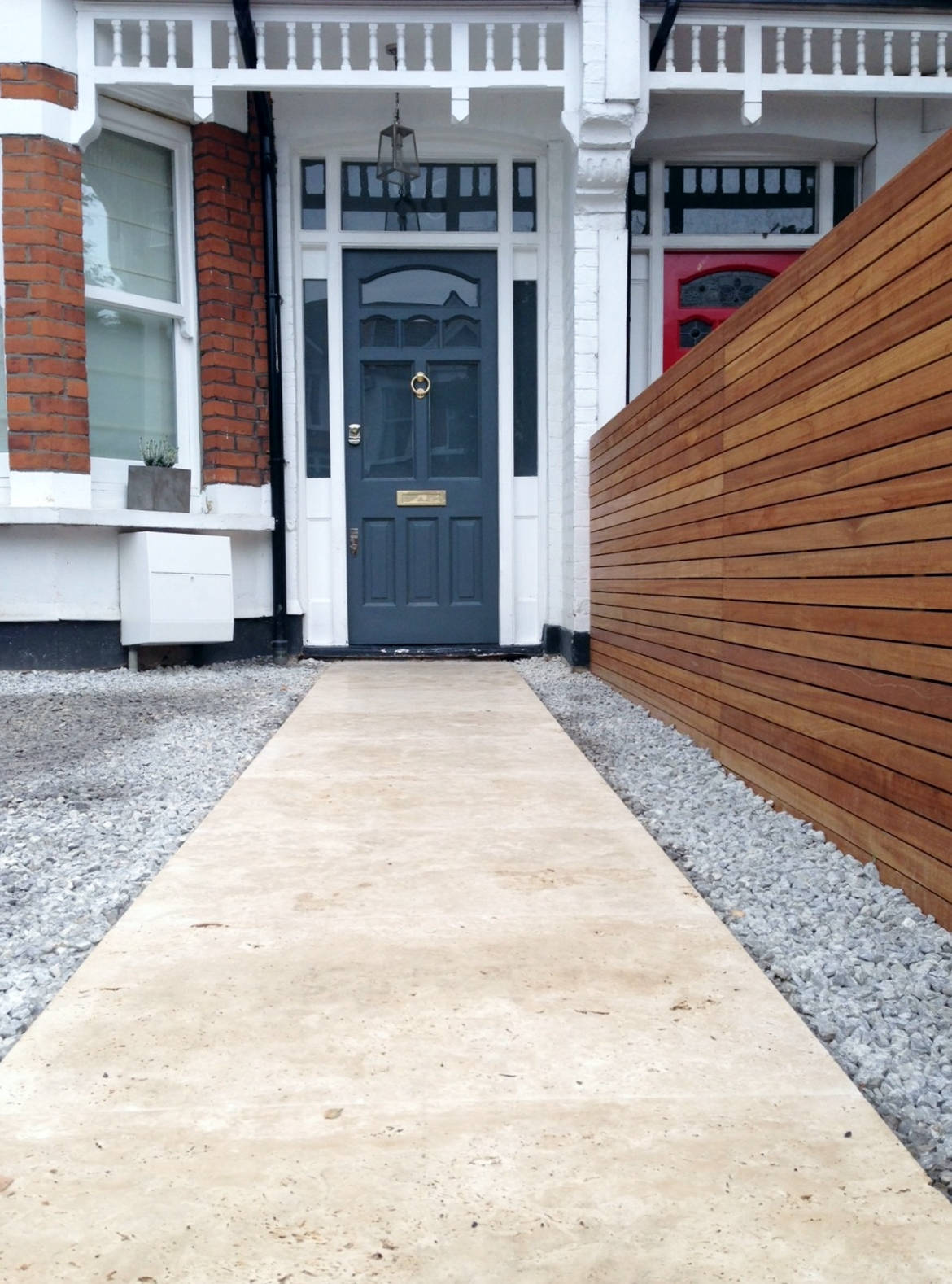 front garden drivewat gravel travertine paving path hardwood privacy screen trellis tooting london (8)