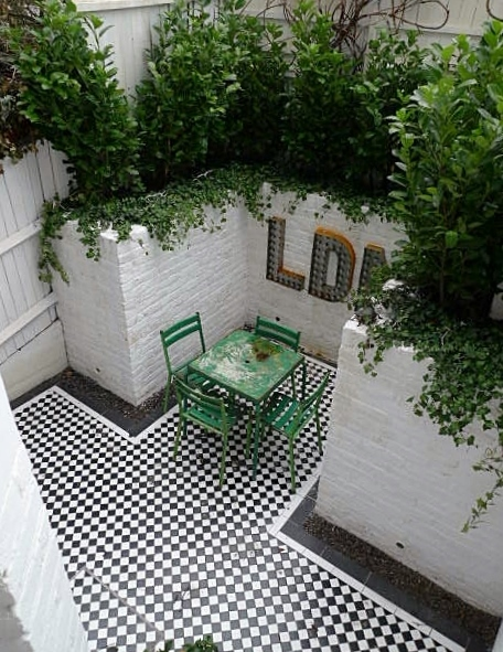Courtyard white walls black and white tiles modern urban for White garden walls