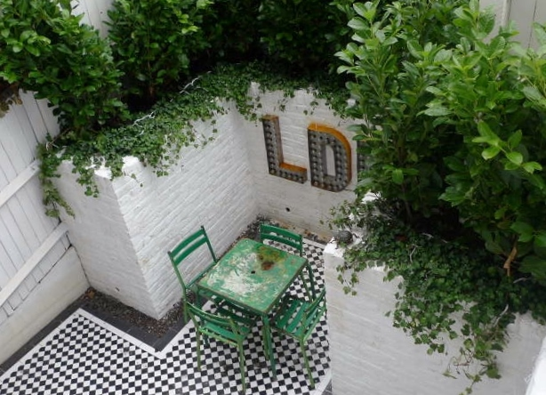 courtyard white walls black and white tiles modern urban garden design clapham stockwell brixton london (10)