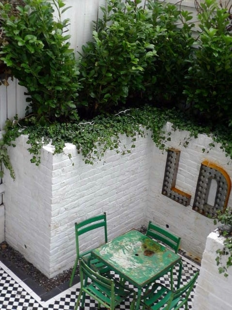 courtyard white walls black and white tiles modern urban garden design clapham stockwell brixton london (11)