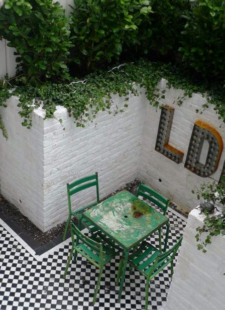 courtyard white walls black and white tiles modern urban garden design clapham stockwell brixton london (2)