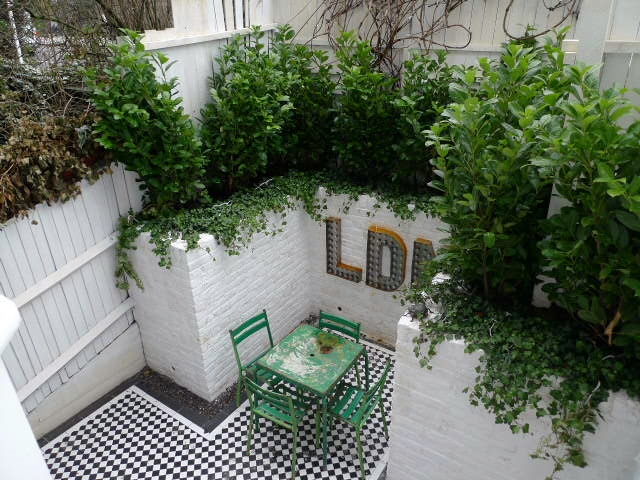 courtyard white walls black and white tiles modern urban garden design clapham stockwell brixton london (6)