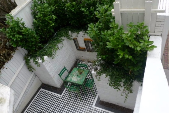courtyard white walls black and white tiles modern urban garden design clapham stockwell brixton london (8)