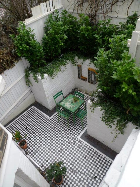 courtyard white walls black and white tiles modern urban garden design clapham stockwell brixton london (9)