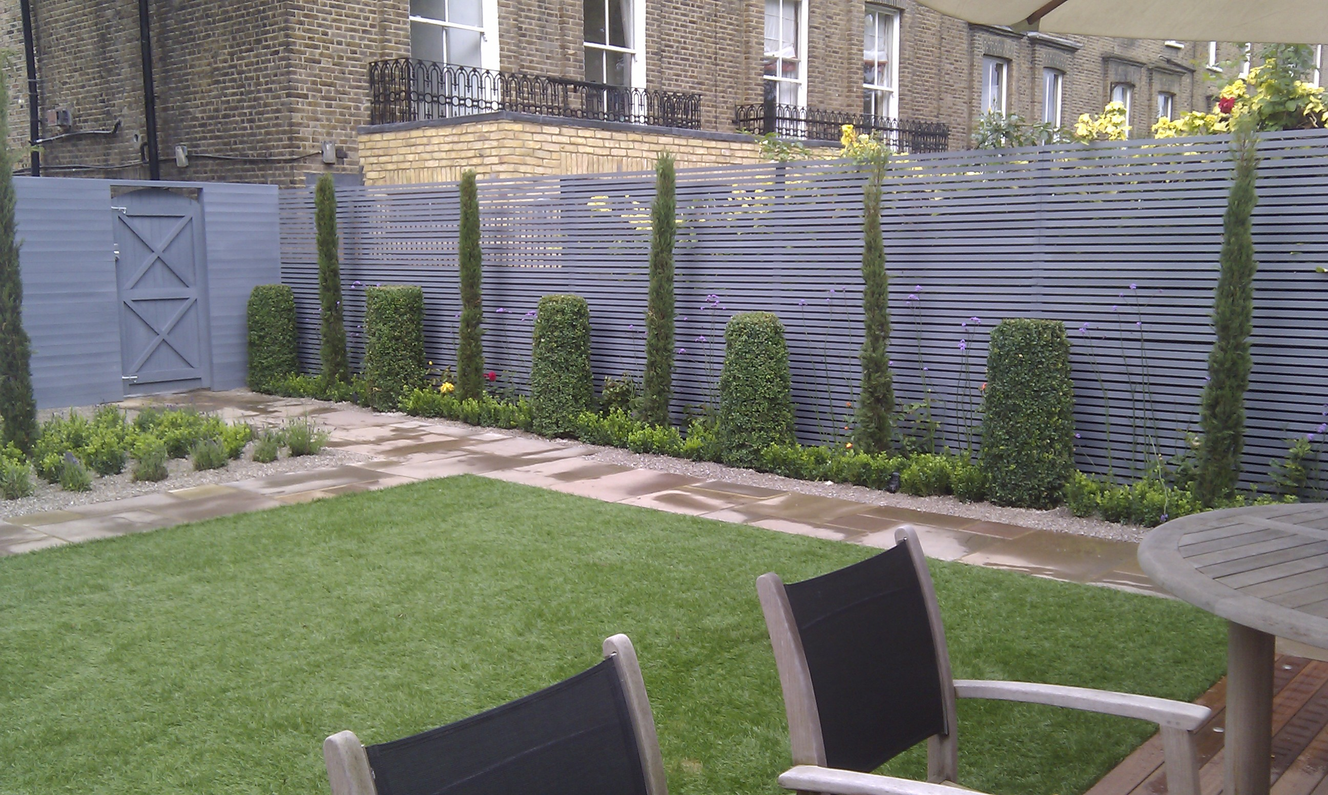 modern garden design london slatted grey privacy screen sandstone paving easy grass balau hardwood decking (13)