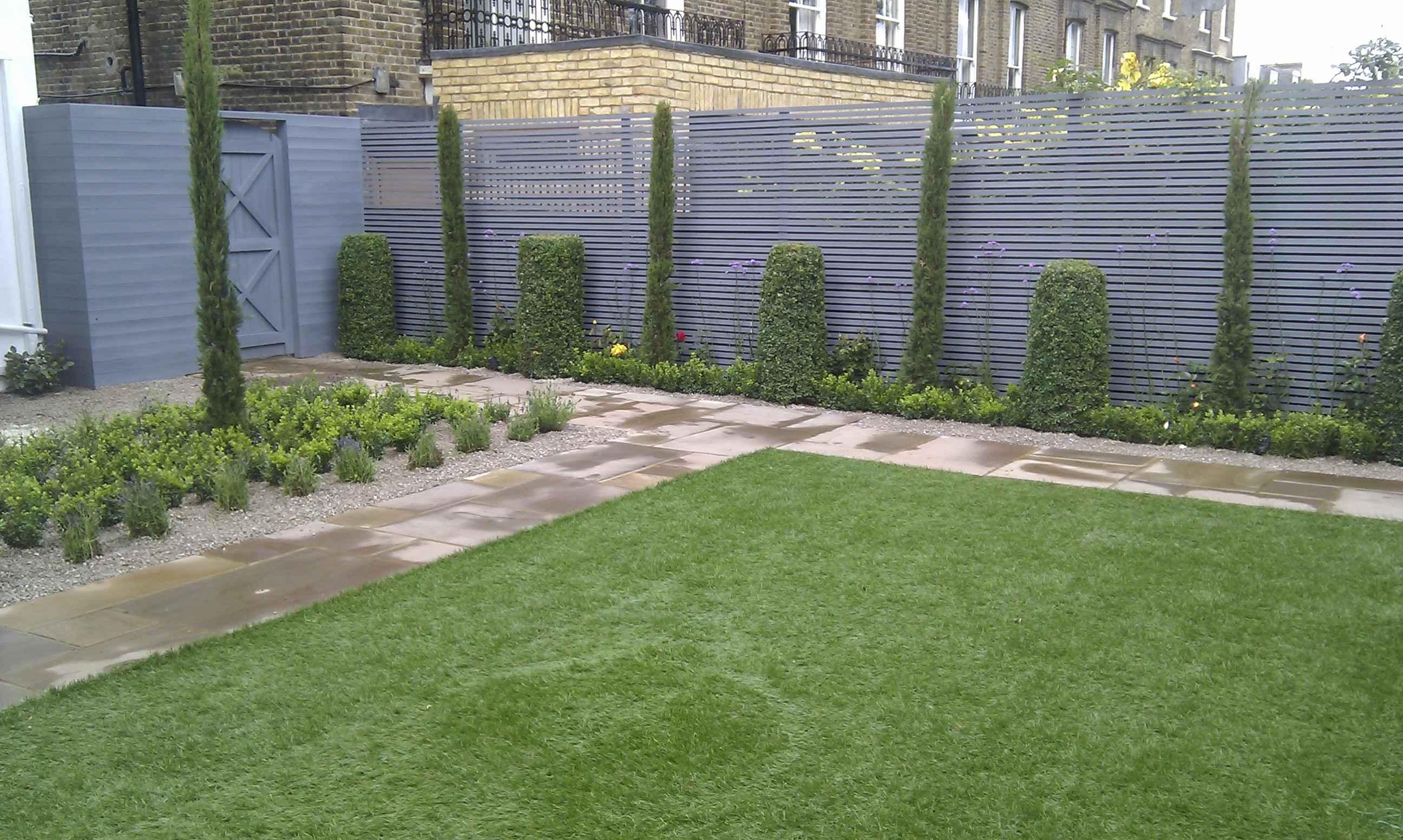 modern garden design london slatted grey privacy screen sandstone paving easy grass balau hardwood decking (15)