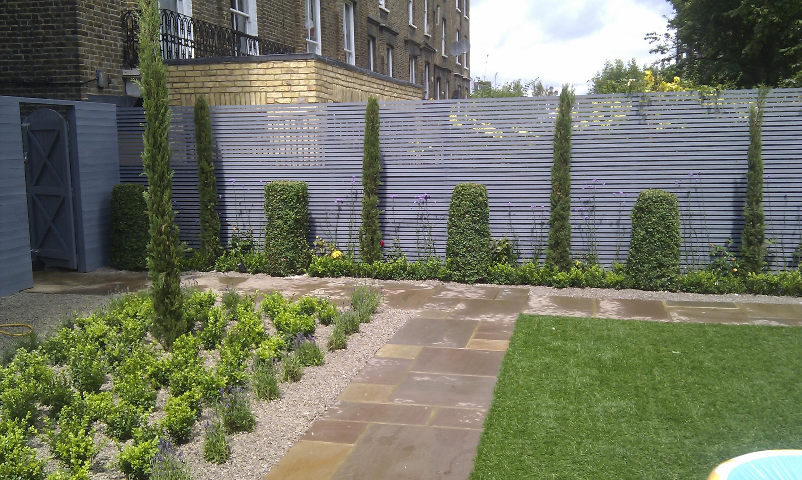 modern garden design london slatted grey privacy screen sandstone paving easy grass balau hardwood decking (3)