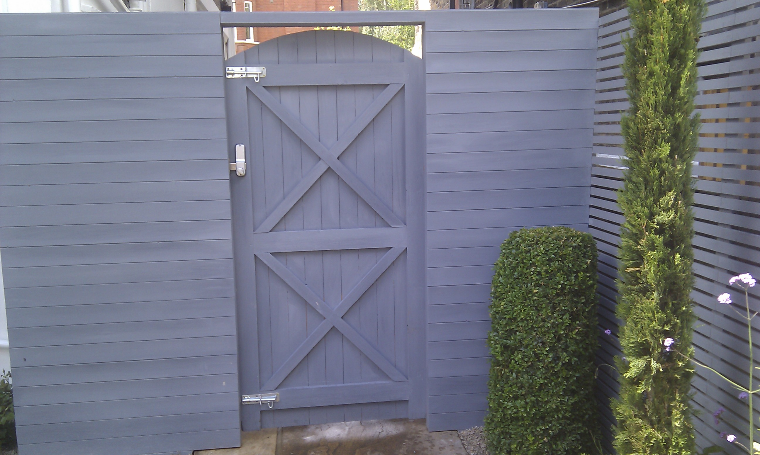 modern garden design london slatted grey privacy screen sandstone paving easy grass balau hardwood decking (6)