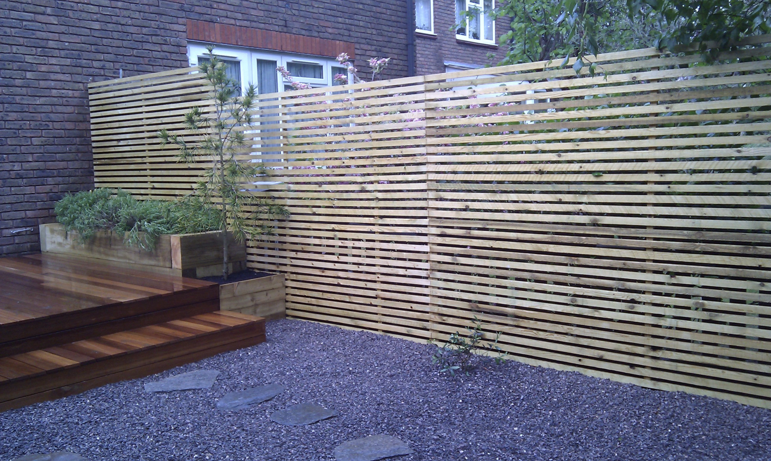 hardwood decking minimalist limestone chippings privacy screen south east london (10)