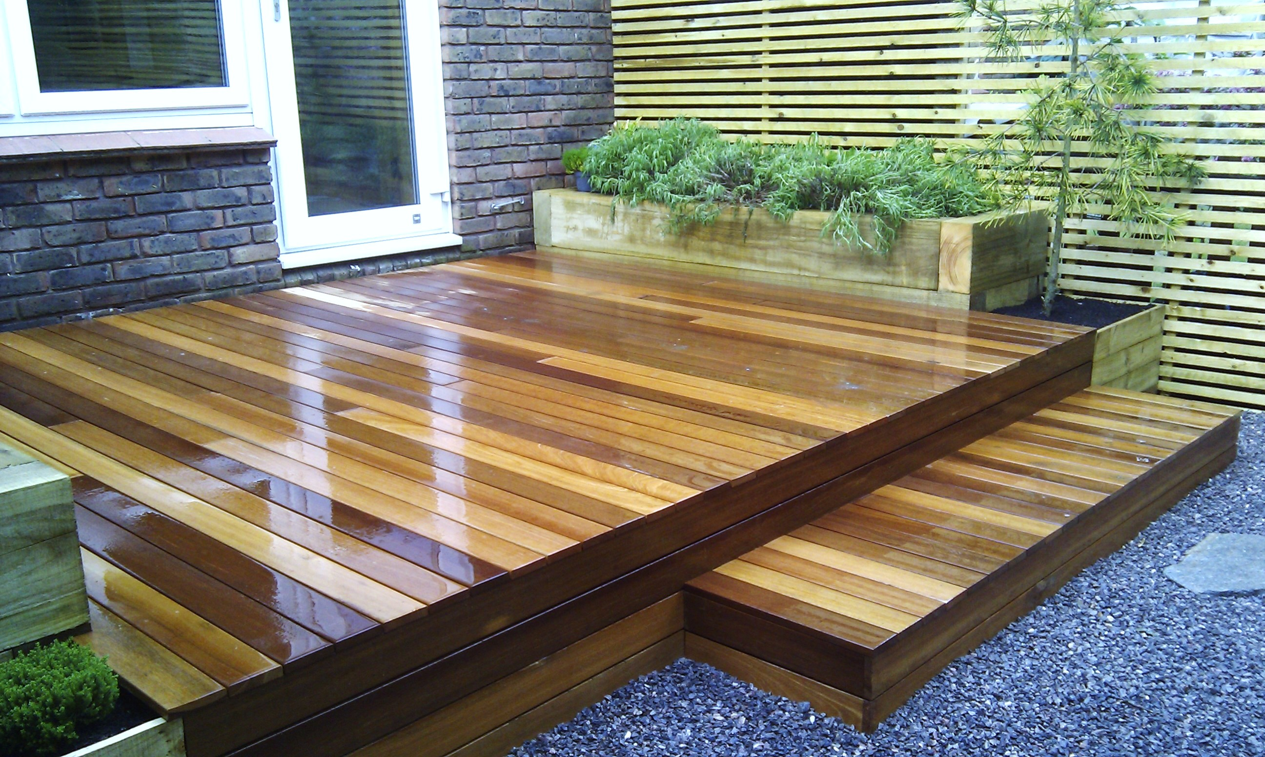 hardwood decking minimalist limestone chippings privacy screen south east london (11)