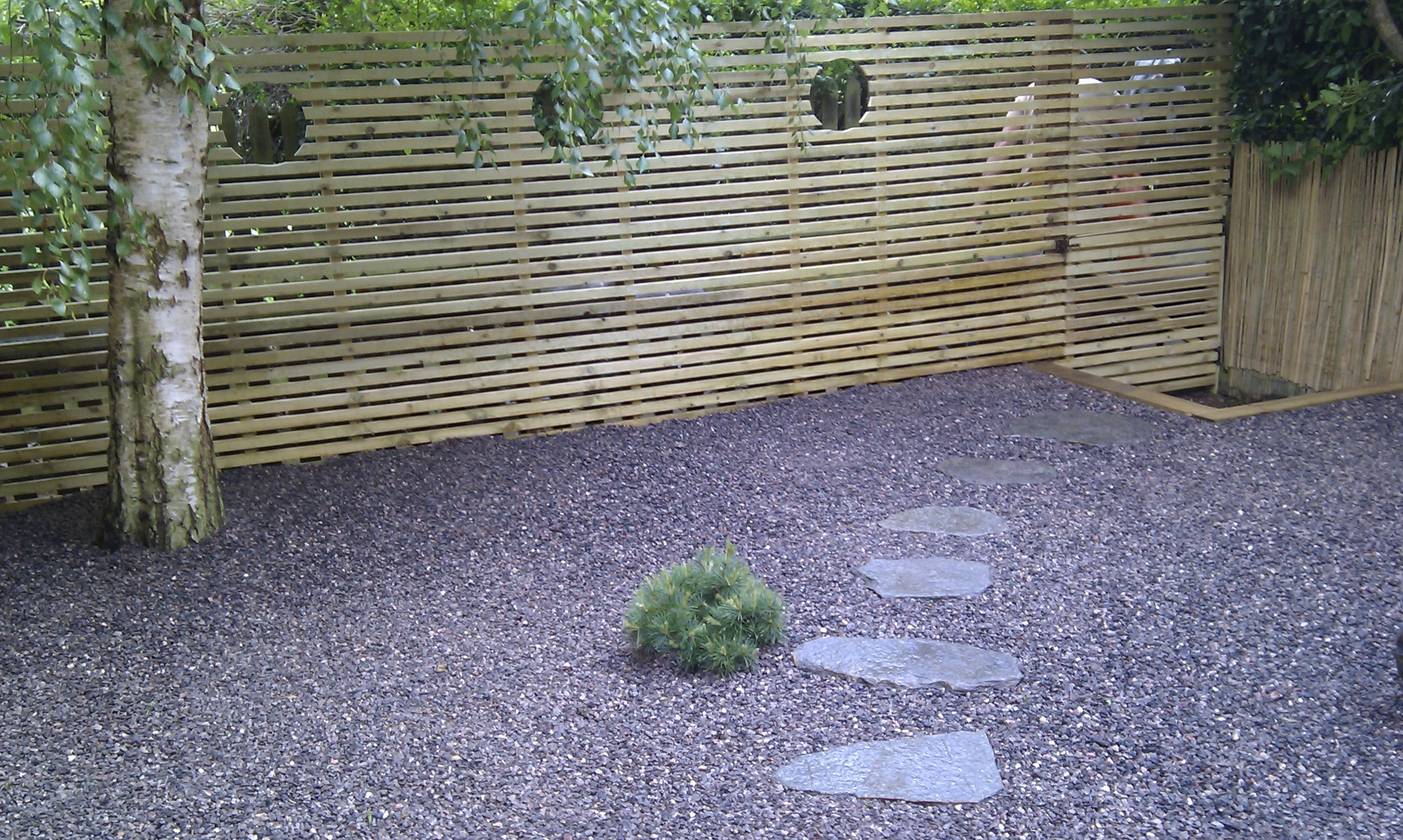 hardwood decking minimalist limestone chippings privacy screen south east london (15)