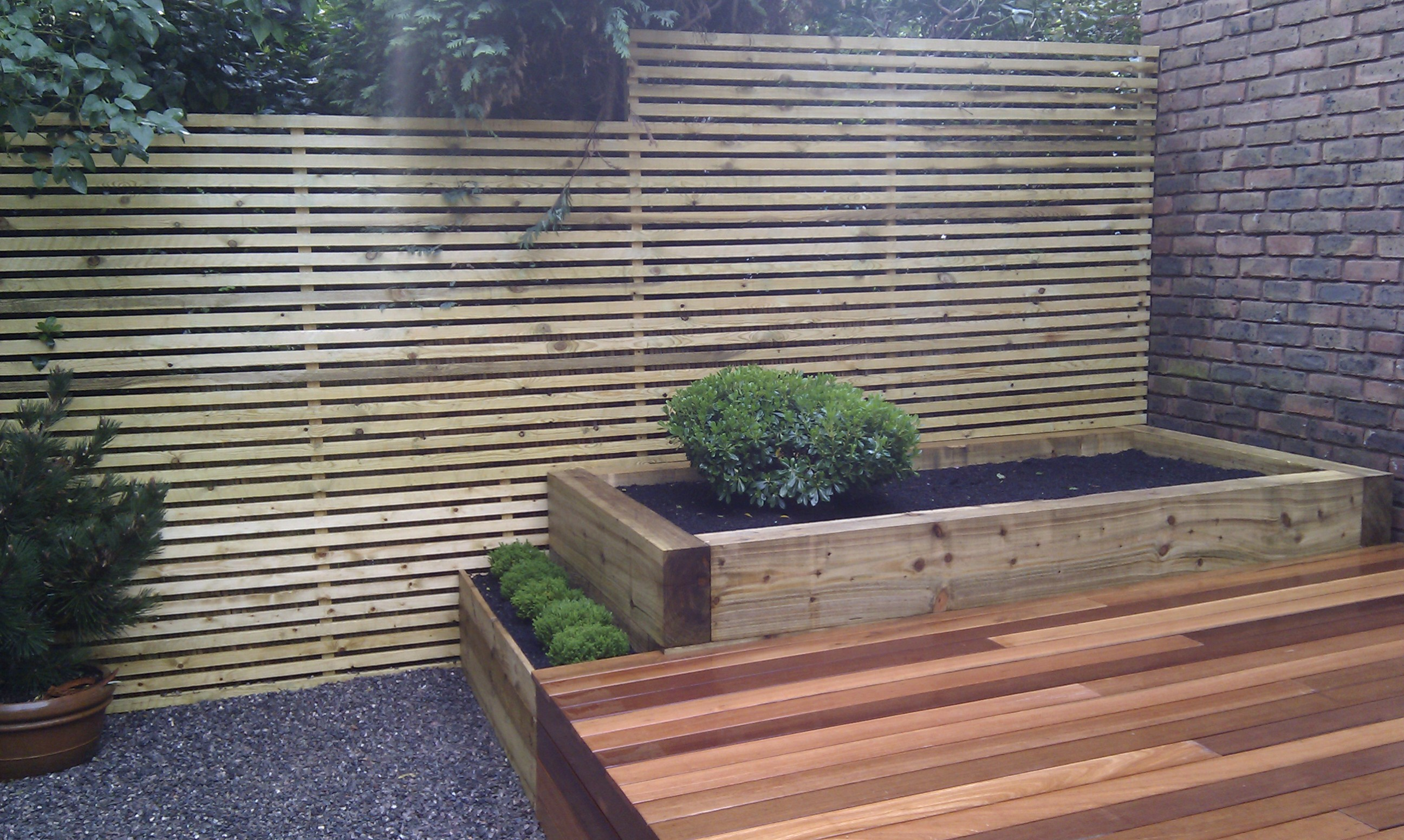 hardwood decking minimalist limestone chippings privacy screen south east london (16)