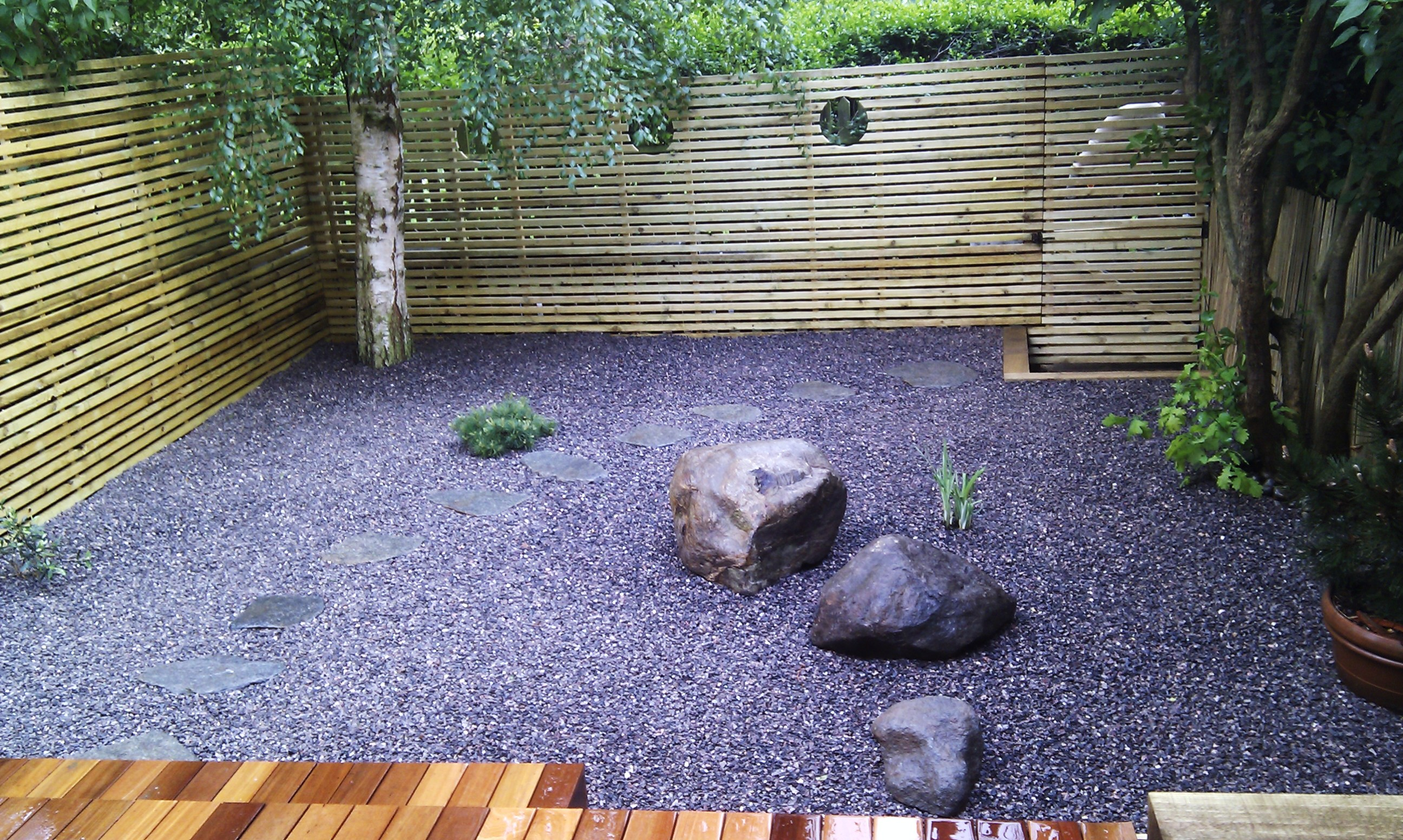 hardwood decking minimalist limestone chippings privacy screen south east london (17)