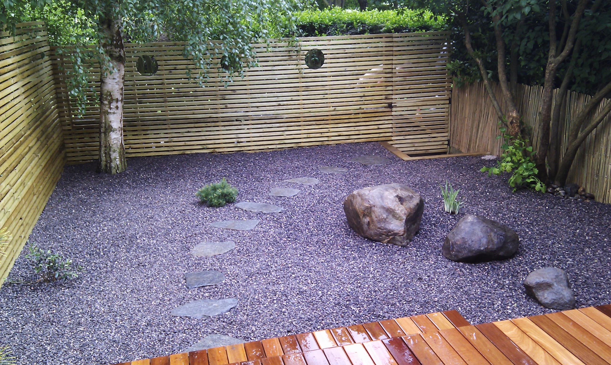 hardwood decking minimalist limestone chippings privacy screen south east london (18)