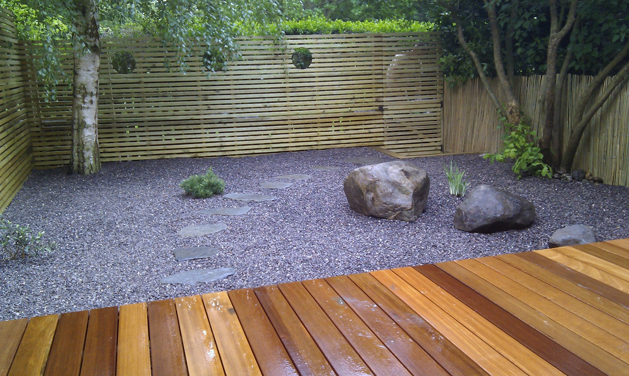 hardwood decking minimalist limestone chippings privacy screen south east london (19)