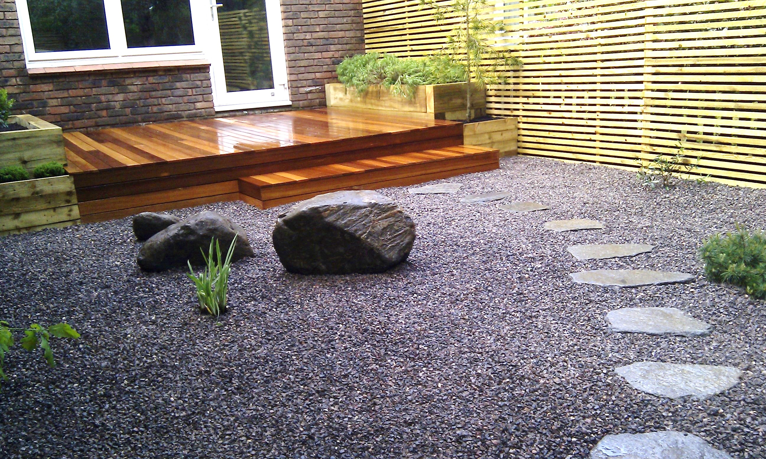 hardwood decking minimalist limestone chippings privacy screen south east london (2)