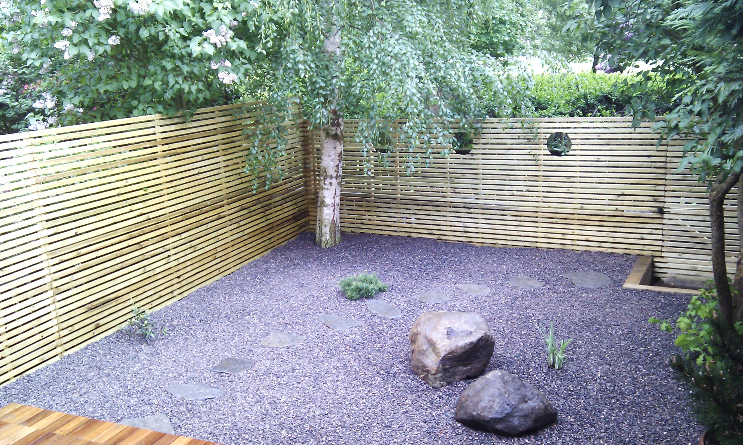 hardwood decking minimalist limestone chippings privacy screen south east london (22)
