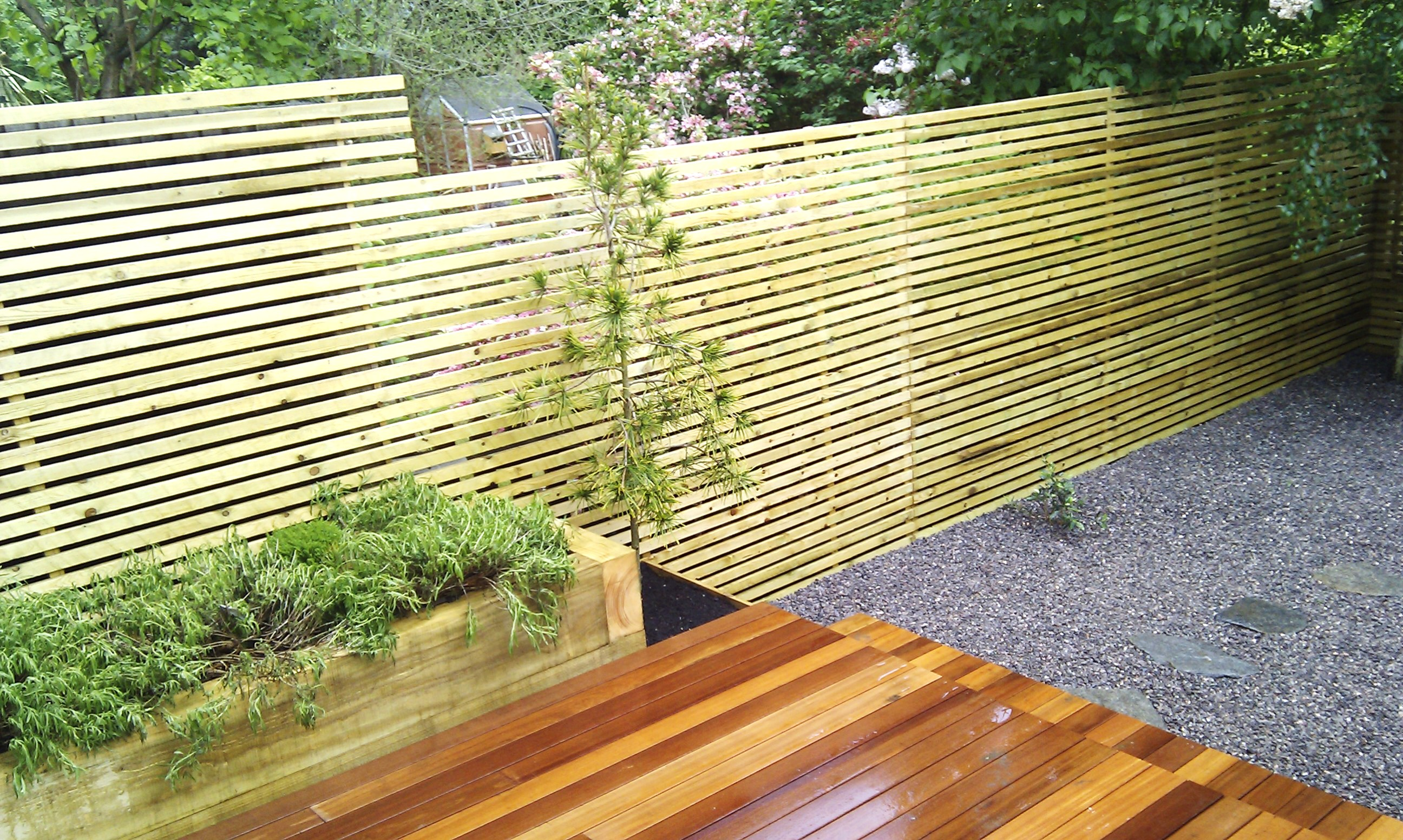 hardwood decking minimalist limestone chippings privacy screen south east london (24)