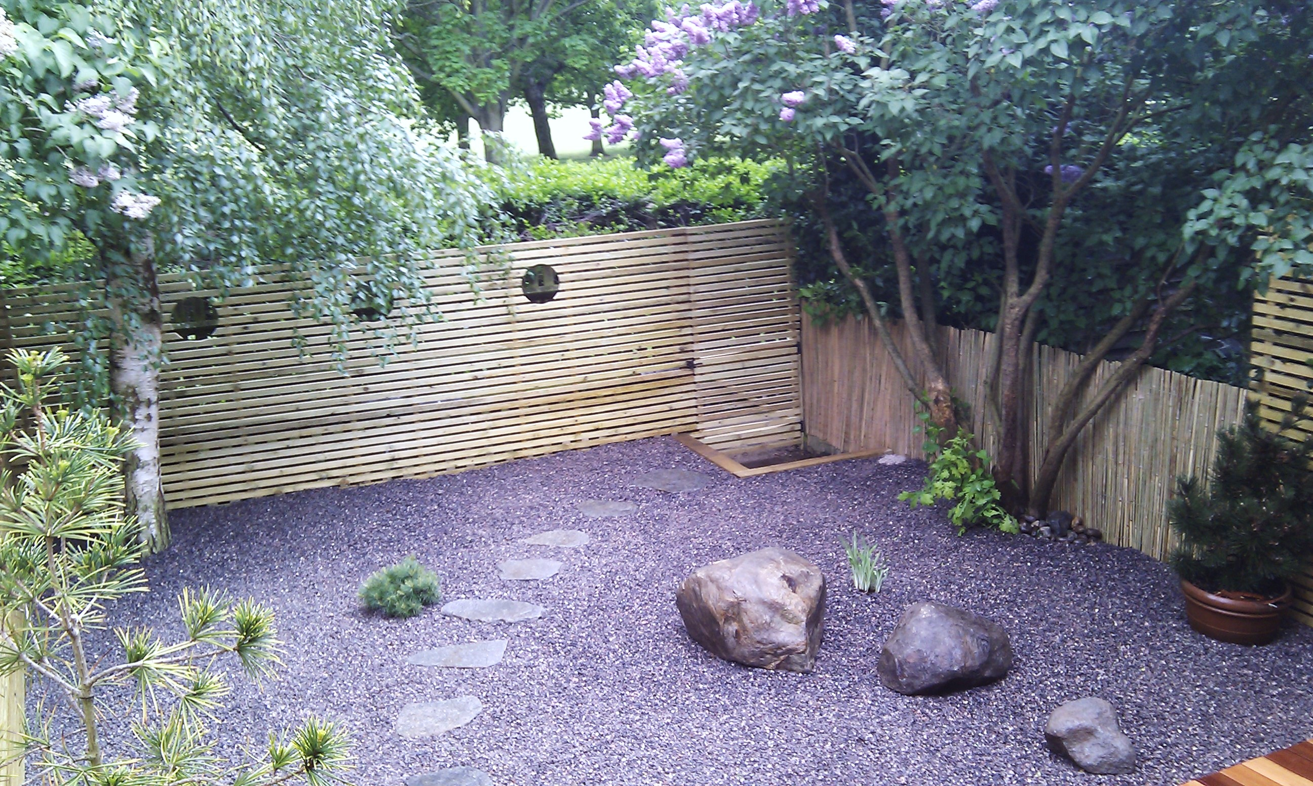 hardwood decking minimalist limestone chippings privacy screen south east london (25)
