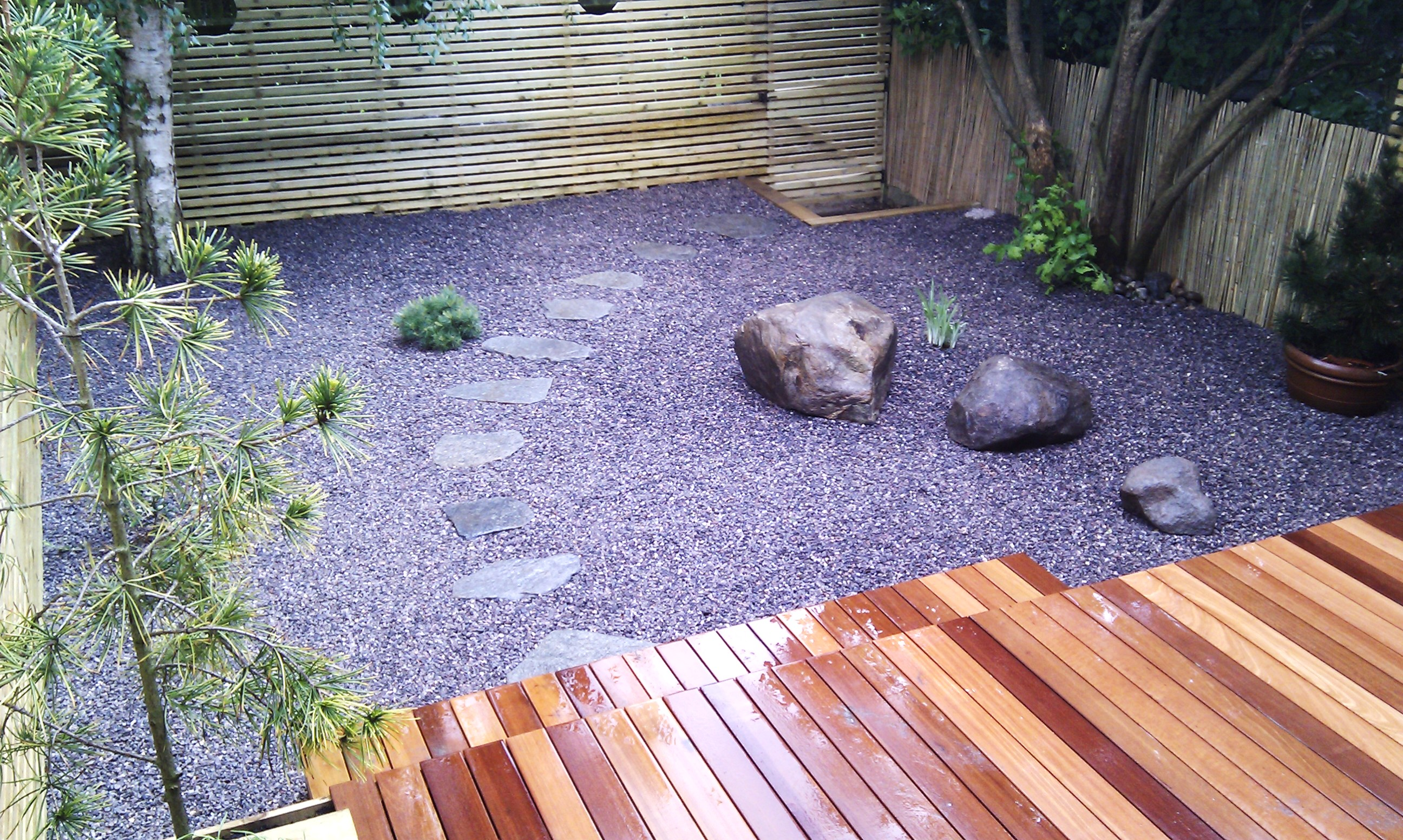 hardwood decking minimalist limestone chippings privacy screen south east london (26)