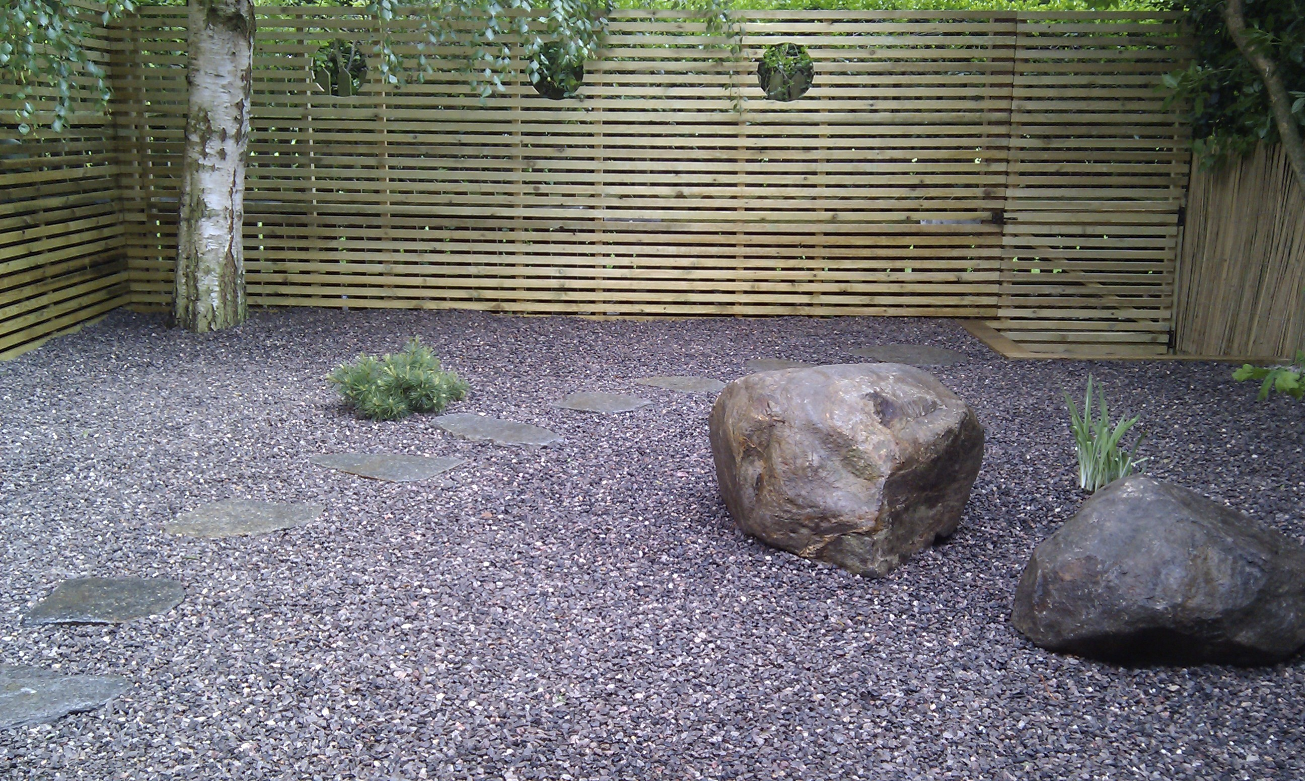 hardwood decking minimalist limestone chippings privacy screen south east london (31)