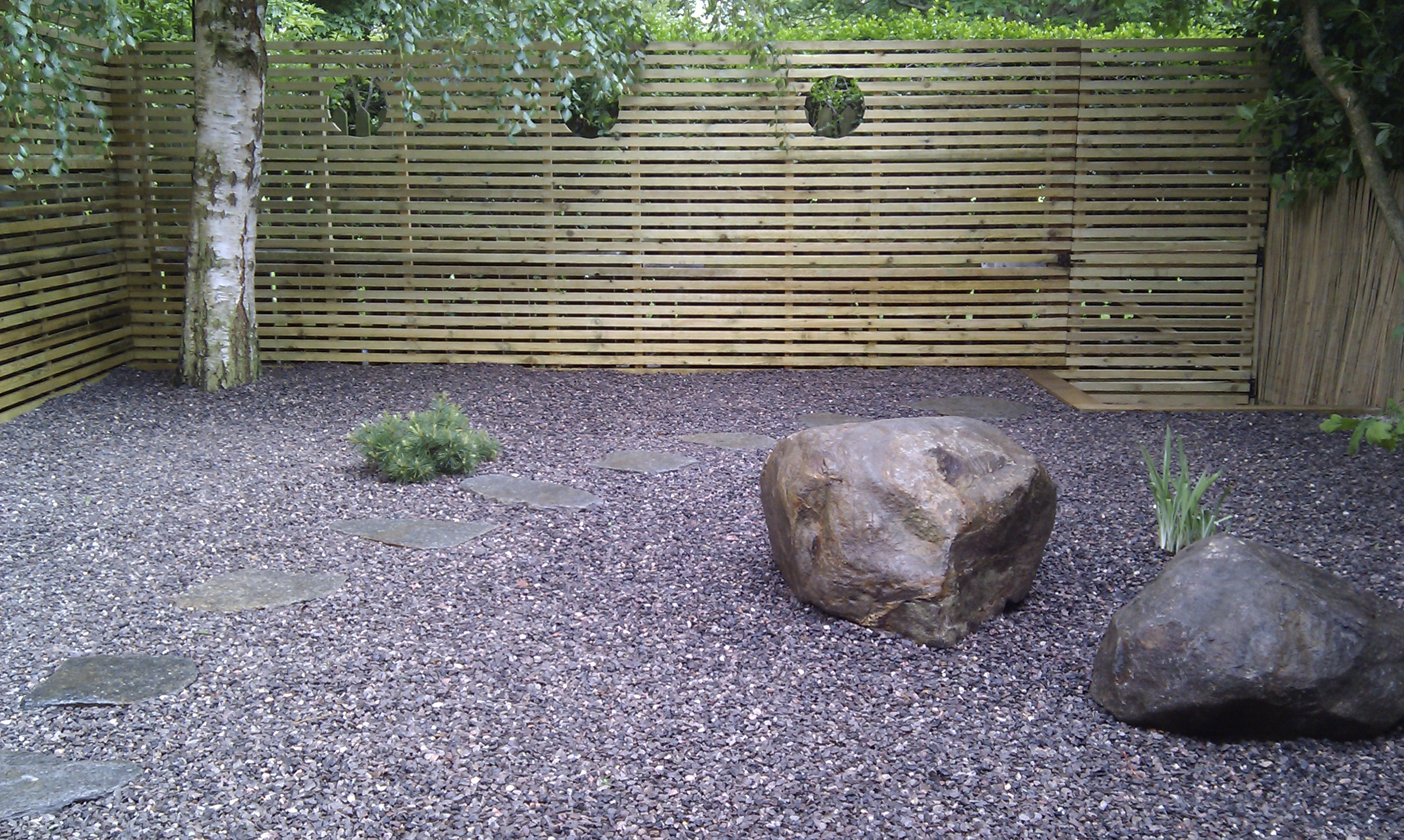 hardwood decking minimalist limestone chippings privacy screen south east london (32)