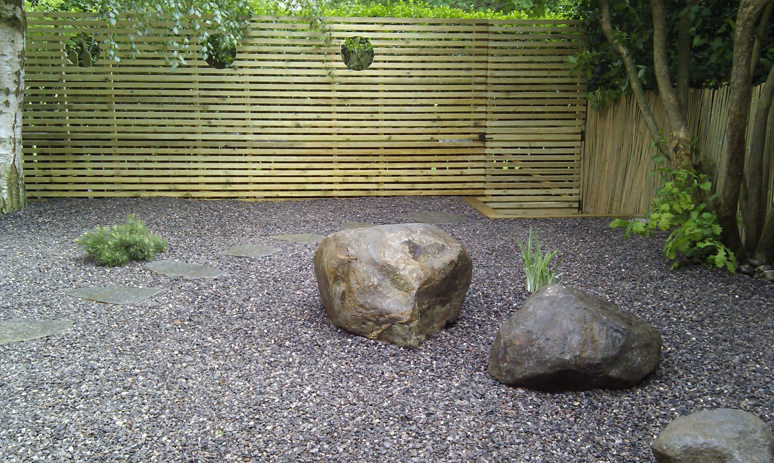 hardwood decking minimalist limestone chippings privacy screen south east london (33)