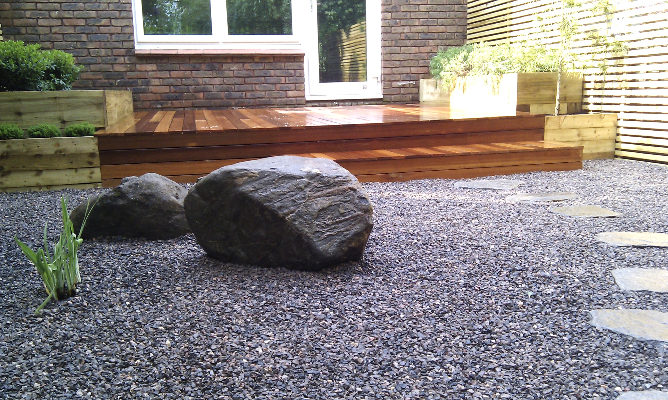 hardwood decking minimalist limestone chippings privacy screen south east london (34)