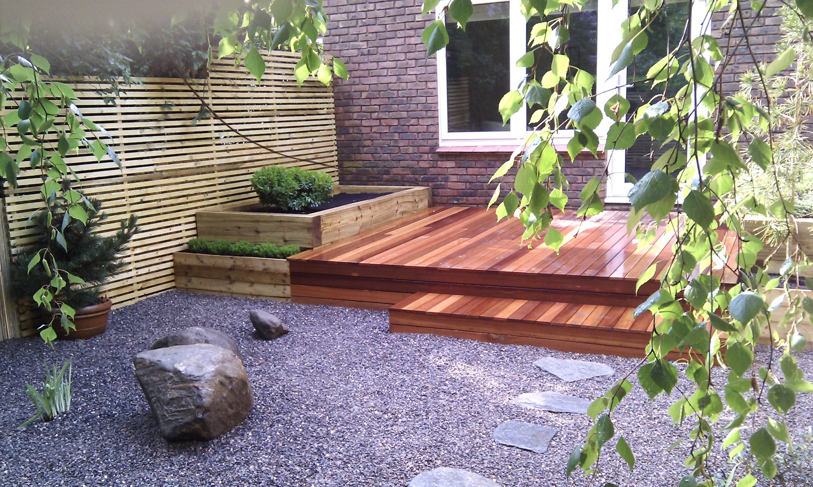 hardwood decking minimalist limestone chippings privacy screen south east london (36)
