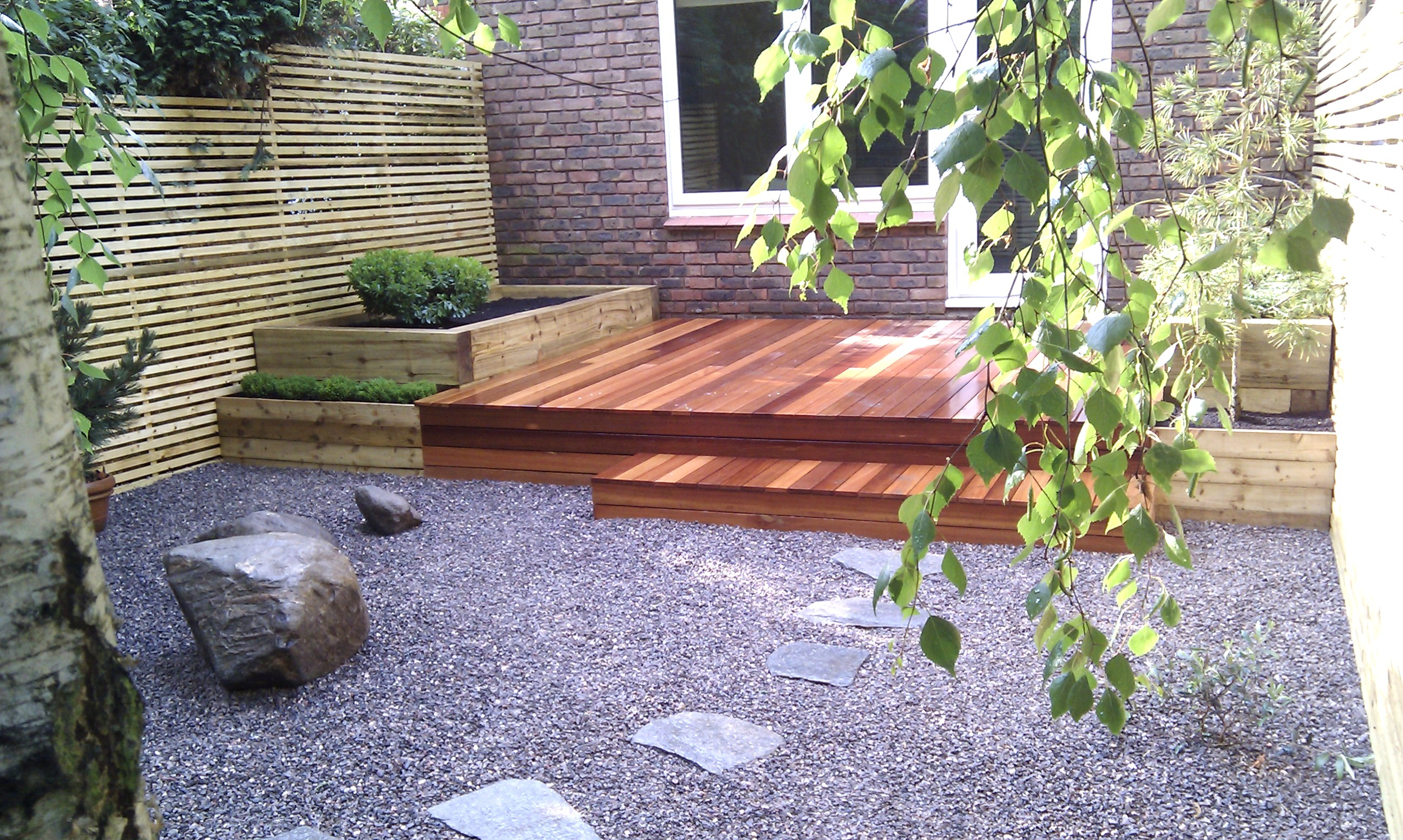 hardwood decking minimalist limestone chippings privacy screen south east london (37)