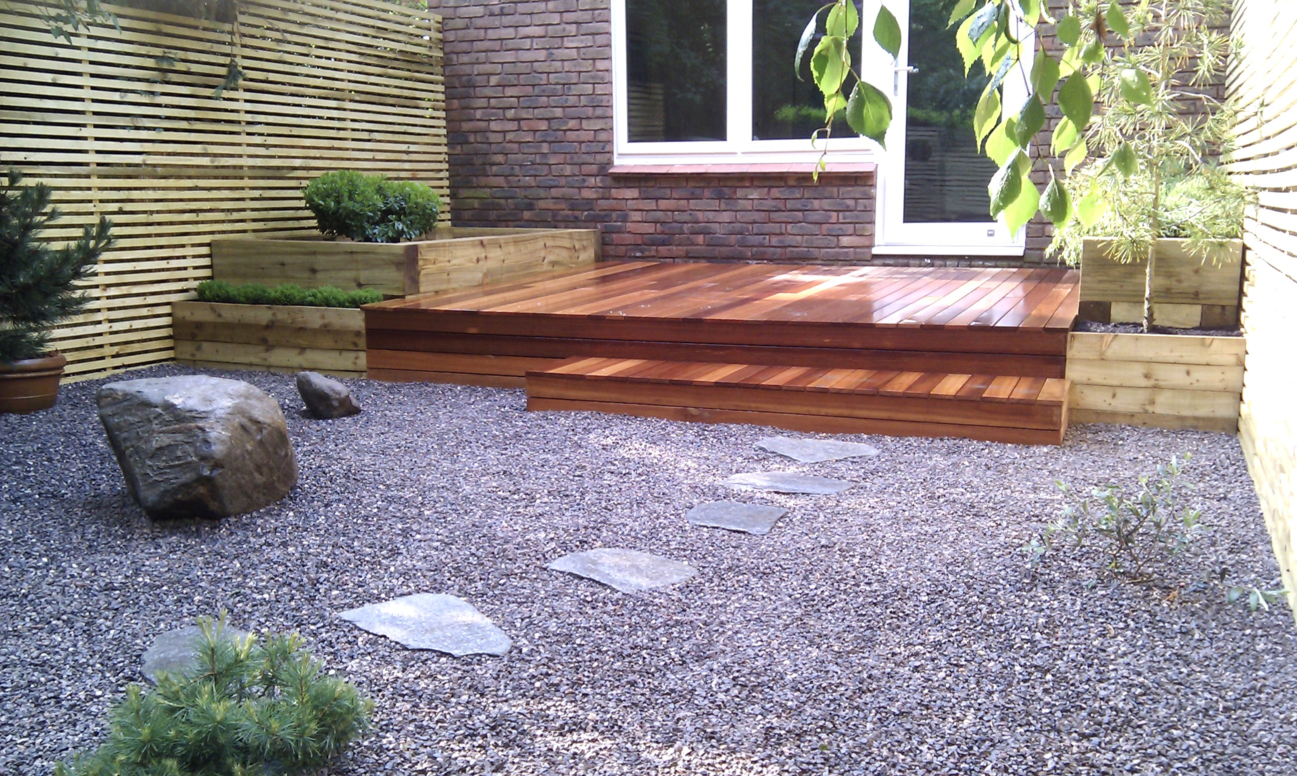 hardwood decking minimalist limestone chippings privacy screen south east london (38)